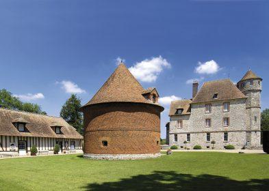 Vue de la cour du château © Château de Vascœuil, A.C.V.M